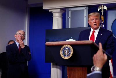 La imagen del doctor Fauci llevándose la mano a la cara en plena conferencia de prensa mientras Trump hablaba sobre una supuesta conspiración contra él