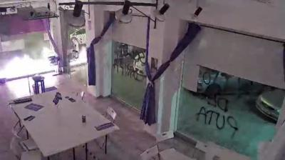 Pantallazo del vídeo en el que se aprecian las llamas en la sede de Podemos en CartagenaUNIDAS PODEMOS