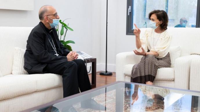 Carmen Calvo conversa con Juan José Omella