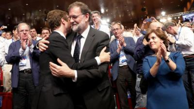 Pablo Casado y Mariano Rajoy se abrazan tras la victoria del primero en las primarias del PP.