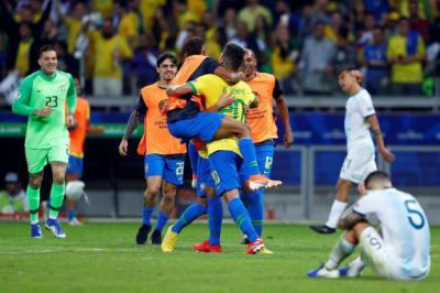 Jugadores de Brasil celebran al final del partido