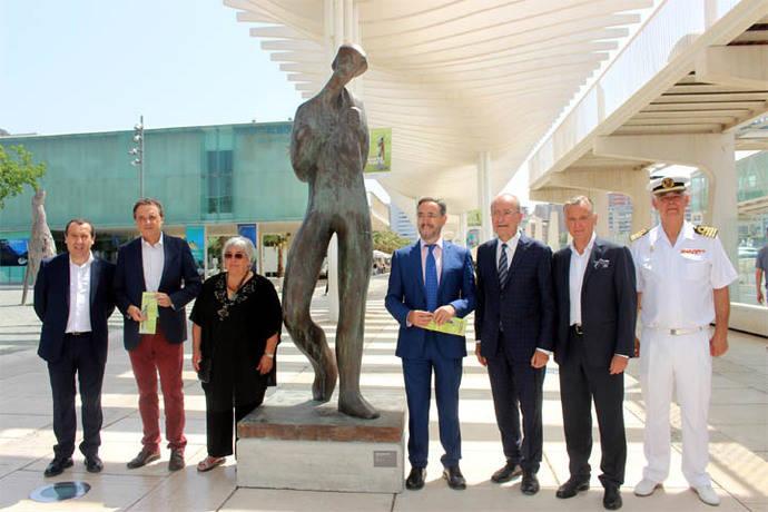 El puerto de Málaga inaugura la exposición 'Caminantes en el puerto' de Elena Laverón