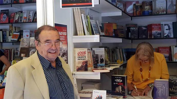 Julia Sáez-Angulo firma sus libros en la caseta de la librería Diwan en la Feria del Libro de Madrid