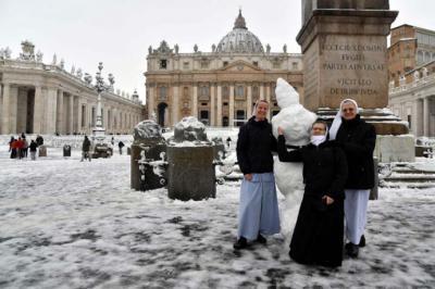 Un grupo de monjas en la plaza de San Pedro en El Vaticano.