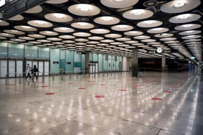 Dos pasajeros cruzan una de las salas de llegadas tras aterrizar en el Aeropuerto Adolfo Suárez Madrid-Barajas. Foto: EFE