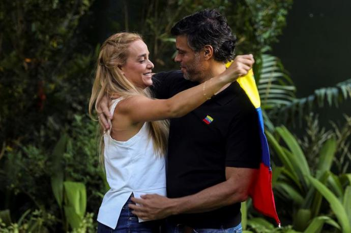 El líder opositor venezolano Leopoldo López abraza a su esposa, Lilian Tintori