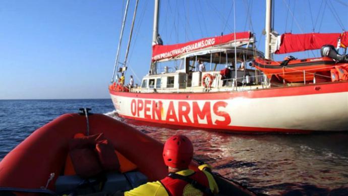 Rescatistas españoles buscan puerto para llevar a 87 migrantes rescatados