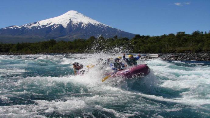 Rafting en el Río Petrohué, sur de Chile