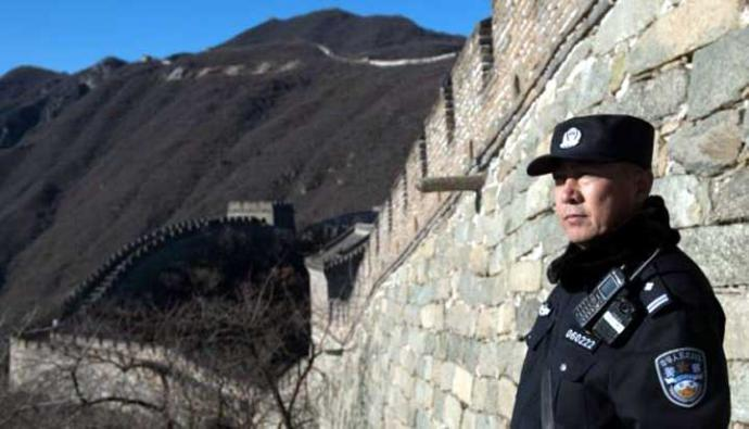 Un guardia custodia un acceso a la Gran Muralla en China