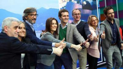 Casado, el pasado 23 de diciembre en Vitoria, junto a candidatos del PP vasco como Sémper (primero por la derecha). FLICKR PP