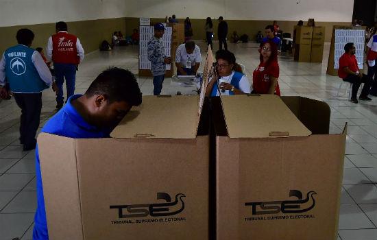 Salvadoreños acuden a las urnas para elegir a su nuevo presidente