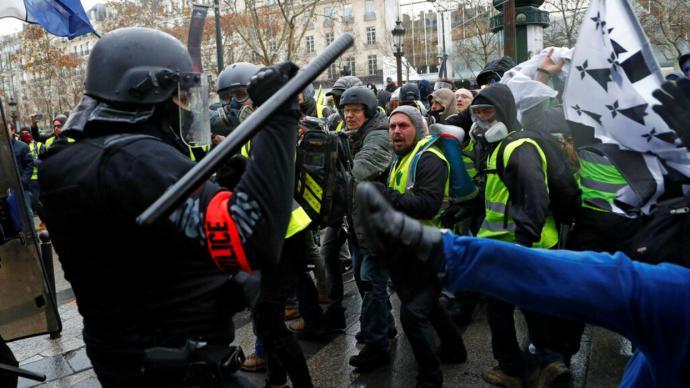 'Chalecos amarillos' protestan en Francia contra la violencia policial