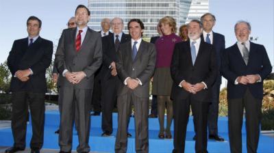 En la imagen de archivo, José María Aznar rodeado de su equipo de gobierno