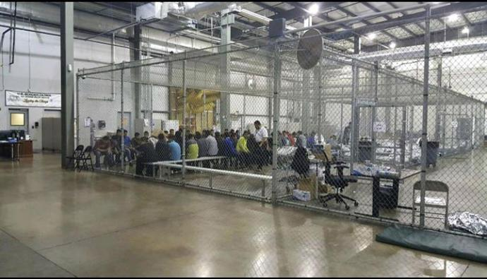 Padres e hijos deben permanecer retenidos juntos en celdas como estas.