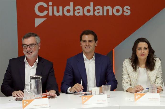 El presidente de Ciudadanos, Albert Rivera (i); la portavoz de la ejecutiva y secretaria de Formación, Inés Arrimadas; y el secretario general, José Manuel Villegas (i)