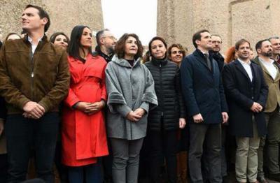 Abascal, Casado y Rivera durante la concentración de Colón, en febrero