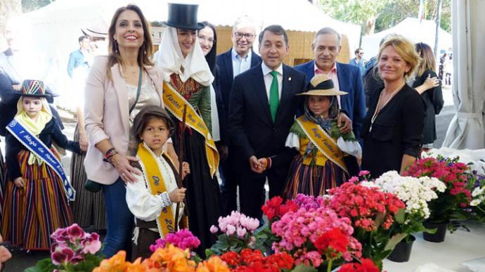 Flores, plantas y artesanía llenan el parque García Sanabria, de Santa Cruz de Tenerife, en las fiestas de Mayo