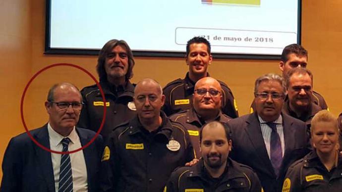 El subdirector de Relaciones Internacionales de entonces, Juan Rueda, a la izquierda