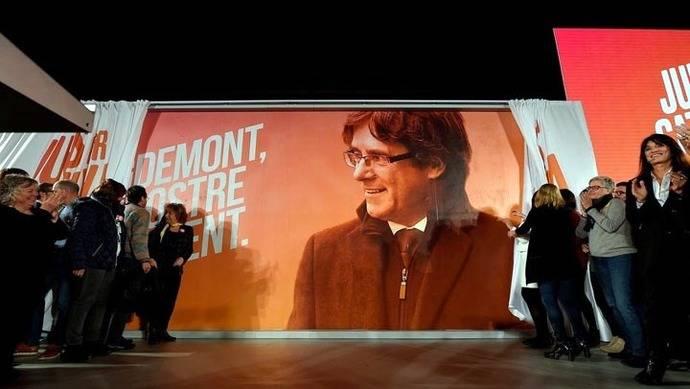 Un póster electoral muestra al ex presidente catalán, Carles Puigdemont