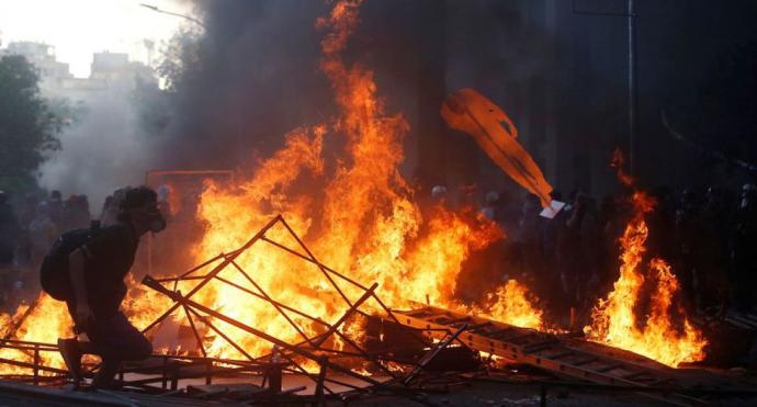 Chile: Manifestantes queman iglesia de la policía en la primera protesta del 2020