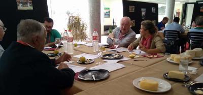 Torrelavega: Veinte expertos en la cata de quesos, quesadas y sobaos.