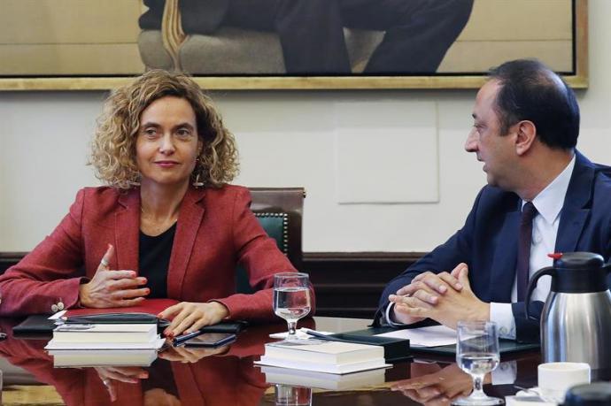 La presidenta de la Cámara, Meritxell Batet junto al vicepresidente segundo de la Mesa del Congreso, Alfonso Rodríguez Gómez de Celis