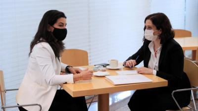 Rocío Monasterio e Isabel Díaz Ayuso desayunando en la Asamblea de Madrid este jueves.EFE