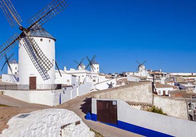 Campo de Criptana, pueblo pintoresco manchego con los molinos genuinos de Don Quijote
