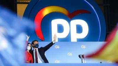 Isabel Díaz Ayuso y Pablo Casado en el balcón de Génova celebrando su victoria.PP