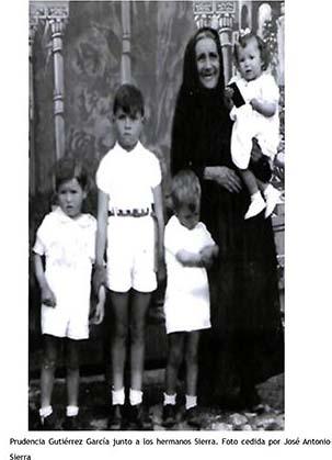 Prudencia Gutiérrez García junto a los hermanos Sierra. Foto cedida por José Antonio Sierra.