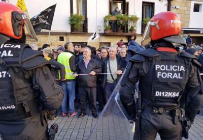 La policía foral impide el acceso de los manifestantes del pueblo al acto de España Ciudadana MIGUEL M. ARIZTEGI