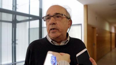 El catedrático Enrique Álvarez Conde, en los pasillos de la URJC. OLMO CALVO
