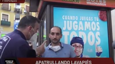 Fotograma en el que el subinspector Alfredo Perdiguero, a la izquierda, amenaza a un ciudadano con detenerlo mientras el agente participa en un reportaje para un canal de Youtube