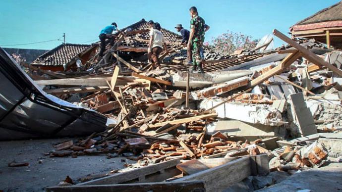 Autoridades indonesias buscan sobrevivientes bajo los escombros