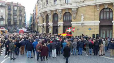 Banderas e ikurriñas durante el acto de Álvarez de Toledo en Bilbao a favor de la ConstituciónELDIARIONORTE.ES
