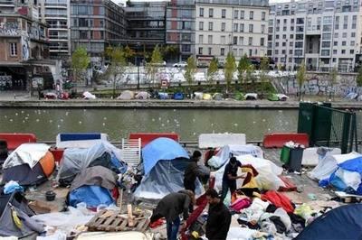 Varios migrantes establecieron refugios provisionales cerca del Canal Saint-Martin, de Jaures y de Stalingrad en París.Agencia Anadolu