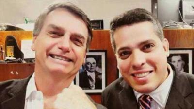 Rodrigo Amorim (d) junto a Jair Bolsonaro