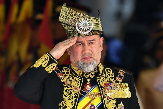 El rey de Malasia, el sultán Mohamed V de Kelantan, abdicó al trono, según el palacio real en un comunicado este domingo.