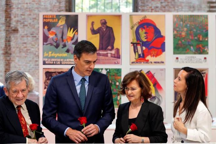 """El presidente del Gobierno en funciones Pedro Sánchez, la vicepresidenta del Ejecutivo, Carmen Calvo, el comisario de la muestra """"140 años de progreso"""""""