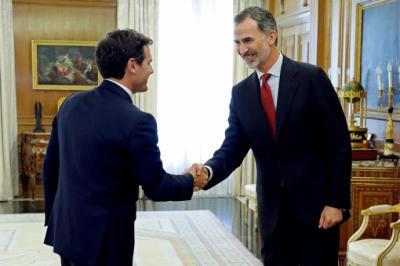 El rey Felipe VI saluda al presidente de Ciudadanos, Albert Rivera, en el Palacio de la Zarzuela
