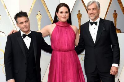 Sebastián Lelio (i) y Daniela Vega (c) en la ceremonia del premio Oscar.