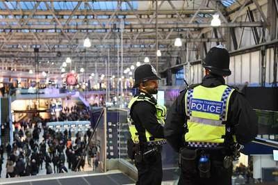 Agentes de policía montan guardia en la estación de tren de Waterloo este martes tras hallar pequeños dispositivos explosivos.