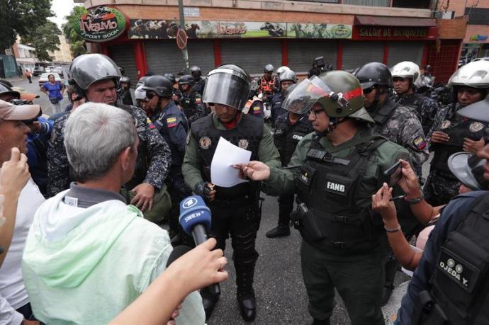 Fuerzas armadas queman un documento que les fue entregado por manifestantes