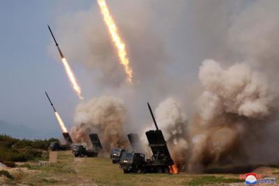 "Lanzadores de cohetes de Corea del Norte disparando durante un ""simulacro de huelga""."