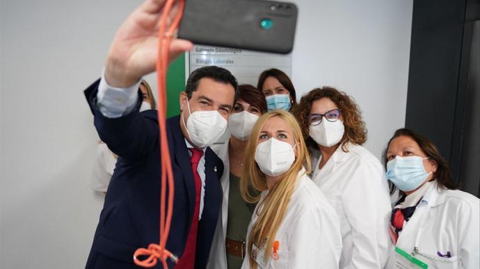 El presidente andaluz, Juan Manuel Moreno, se hace un selfie con enfermeras en la inauguración del centro de salud Casa del Mar, en Almería.Junta de Andalucía