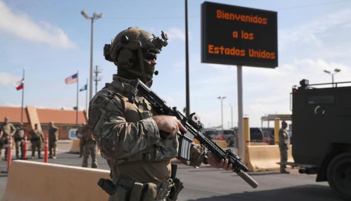 Armados hasta los dientes: así esperan los soldados de EE.UU. a caravana de migrantes