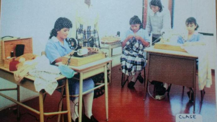 Clase de costura a principio de los años 90 del Instituto de Capacitación Integral en Estudios Domésticos (ICIED).