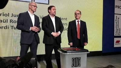 Romeva, Junqueras y Turull enseñan el modelo de urnas elegido para el 1-O GOVERN DE LA GENERALITAT