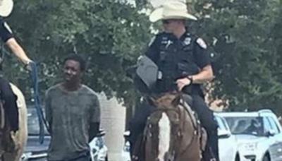 Policías atan con soga a un preso esposado y lo llevan por las calles de Texas