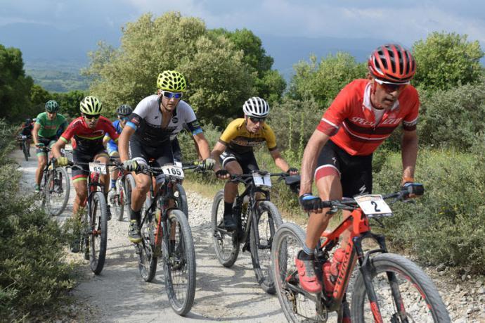 Imagen de la pasada edición de la Vuelta Andalucía MTB con 'Quillo' Márquez en cabeza seguido de José Luis Carrasco con el maillot de líder.